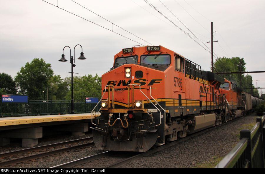BNSF 5786 leads K144